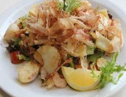 Салат с морепродуктами и стружкой тунца бонито - рецепт